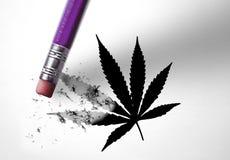 Gomma che cancella una foglia della marijuana fotografia stock