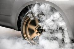 Gomma dell'ustione della vettura da corsa di resistenza per la corsa immagini stock libere da diritti