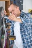 Gomma della bici di riparazione dell'uomo Fotografie Stock