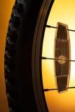 Gomma della bicicletta sull'arancia Immagini Stock Libere da Diritti