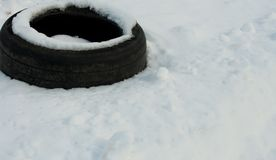 Gomma di automobile che si siede nella neve Immagini Stock