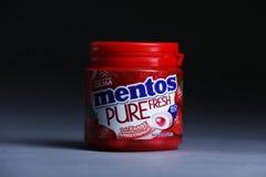 Gomma di Mentos, fresco puro, gusto della fragola fotografie stock libere da diritti