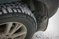 gomma fissata inverno su un'automobile con attaccare il primo piano della neve fotografie stock