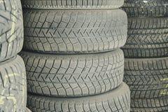 Gomme di auto usata e vecchie Fondo Gomme di automobile nello stoccaggio Riciclaggio della gomma di automobile immagine stock