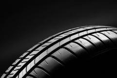 Gomme di automobile economiche in consumo di carburante di estate su fondo nero Fotografia Stock Libera da Diritti