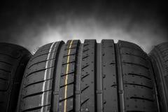 Gomme di automobile su un fondo scuro Immagine Stock