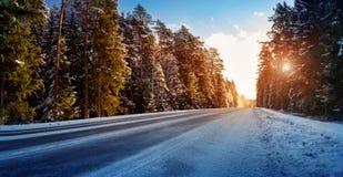 Gomme di automobile sulla strada di inverno fotografia stock libera da diritti