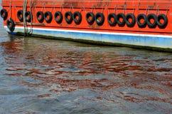 Gomme per proteggere fiancata della nave Fotografie Stock