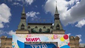 GOMME universelle principale de magasin décorée pour des affiches des vacances de vacances le jour du 1er mai-- inscription dans  banque de vidéos