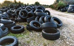 Gomme utilizzate in un'iarda di riciclaggio Immagine Stock