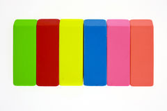 Gommes à effacer colorées dans la ligne Photos libres de droits