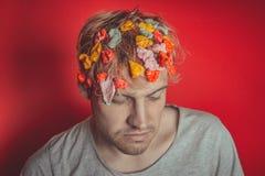 Gommi in sua testa Ritratto dell'uomo con gomma da masticare in sua testa Uomo con capelli coperti in alimento fotografia stock