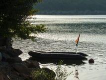 Gommone gonfiabile sul lago al tramonto Immagini Stock Libere da Diritti