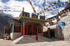 Gompa Thamo ή βουδιστικό μοναστήρι με τους μοναχούς Στοκ Εικόνες