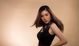 ?gon f?r svart h?r f?r hud f?r asiatisk kvinna f?r mode solbr?nda fotografering för bildbyråer