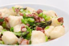 Goncchi con asparago e pancetta affumicata Immagini Stock Libere da Diritti