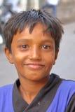 GONDAL, GUJARAT, ÍNDIA - 24 DE DEZEMBRO DE 2013: Retrato de um menino novo Fotos de Stock Royalty Free