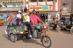 GONDAL, GUJARAT, ÍNDIA - 24 DE DEZEMBRO DE 2013: Transporte público do Gujarati de Chakda Fotos de Stock