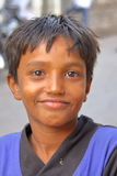 GONDAL, GUJARAT, INDIA - DECEMBER 24, 2013: Portret van een jonge jongen Royalty-vrije Stock Foto's