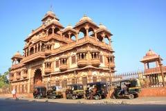 GONDAL GUJARAT, INDIEN - DECEMBER 23, 2013: Ingången av den Swaminarayan templet royaltyfria foton