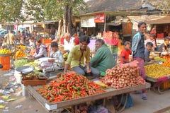 GONDAL GUJARAT, INDIEN - DECEMBER 24, 2013: Välkomnande atmosfär i en matmarknad arkivfoto