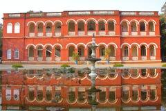 GONDAL, GUJARAT, LA INDIA - 24 DE DICIEMBRE DE 2013: Reflexiones del hotel del palacio de la huerta Fotografía de archivo
