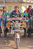 GONDAL, GUJARAT, LA INDIA - 24 DE DICIEMBRE DE 2013: Transporte público del Gujarati de Chakda Imagen de archivo libre de regalías