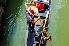 Gondaler en una góndola en Venecia Foto de archivo libre de regalías