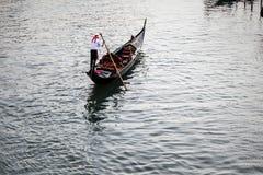 Gondalier em um canal venetian, Veneza, Itália Fotos de Stock