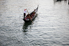 Gondalier en un canal veneciano, Venecia, Italia fotos de archivo