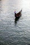 Gondalier sur un canal vénitien, Venise, Italie Photos libres de droits