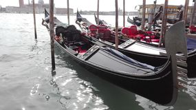 Gondel auf dem glänzenden Wasser in Venedig, Italien Stockfotos