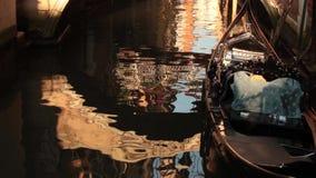 Gondel auf dem Wasser in Venedig stock footage