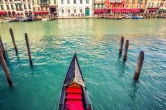 Gondel auf großartigem Kanal in Venedig Stockfotos