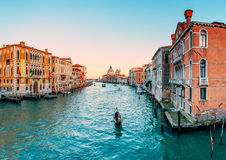 Gondel auf großartigem Kanal in Venedig Lizenzfreie Stockfotos