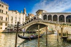 Gondel bij de Rialto-brug in Venetië, Italië Stock Afbeeldingen