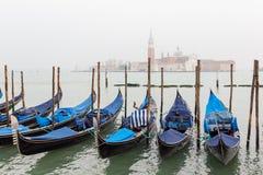 Gondel bij dok in Venetië wordt vastgelegd dat stock afbeeldingen