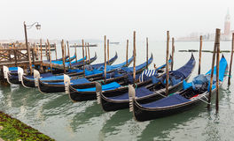 Gondel bij dok in Venetië wordt vastgelegd dat stock fotografie