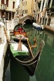Gondel bij het kanaal in Venezia Stock Afbeeldingen