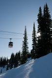 Gondel bij skitoevlucht, backlit bomen Royalty-vrije Stock Foto's
