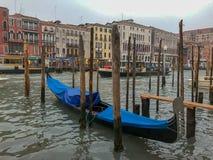 Gondel in blauwe die dekking op Grand Canal, Venetië, Italië wordt vastgelegd stock fotografie