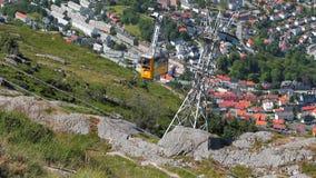 Gondel der Drahtseilbahn eine Stadt unter ihr Bergen, Norwegen stock video