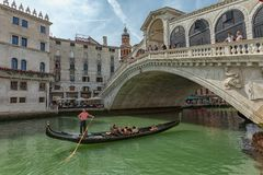 Gondel dichtbij aan de Rialto-brug op Grote kanaalstraat in Venezia royalty-vrije stock foto