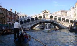 Gondel dichtbij Rialto-Brug in Venetië, Italië stock foto