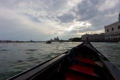 Gondel die de wateren van Venetië overzien royalty-vrije stock foto