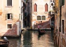 Gondel, die einen Kanal navigiert lizenzfreie stockfotos