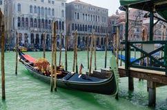 Gondel in einem venetianischen Kanal, der alte Bezirk von Venedig außen Stockfotografie