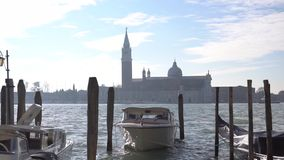 Gondel en Basiliek Santa Maria della Salute, Venetië, Italië stock video