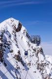 Gondel en kruis in Alpen stock fotografie