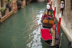 Gondel en twee gondelieren, Venetië, Italië Stock Fotografie